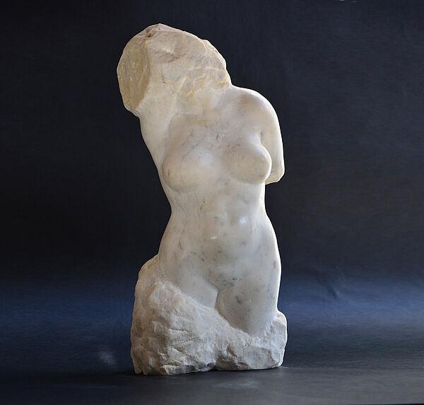 """Skulptur von Rüdiger Wilfroth mit dem Titel """"Sehnsucht nach der Toskana"""", Marmor 2005"""